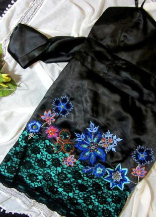 Нарядное черное атласное платье ,коктейльное, с вышивкой и биссером!
