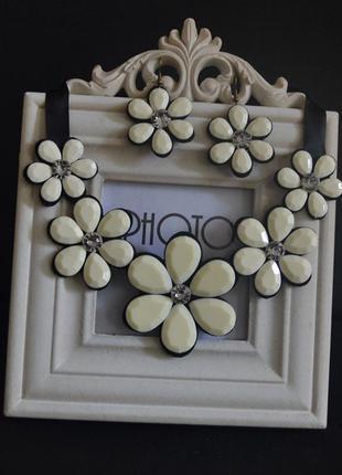 Ожерелье воротник, колье и серьги. последний, в белом цвете.
