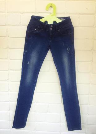 Узкие синие джинсы скинни
