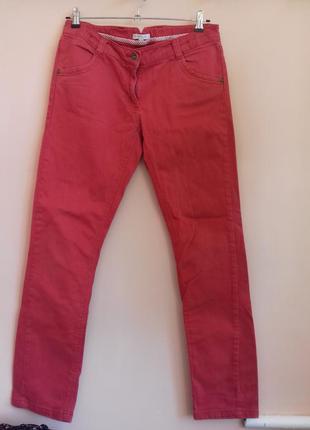 Красные джинсовые штаны на средней посадке прямые