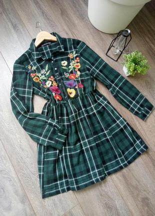Зеленое темное платье в клетку с вышивкой цветы zara