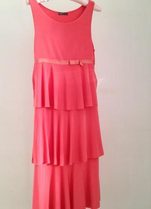 Летнее коралловое платье без рукавов, юбка с воланами из струящейся вискозы