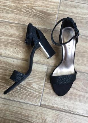 Шикарные черные босоножки блочный треугольные каблук, на пряжке, mark & spenser