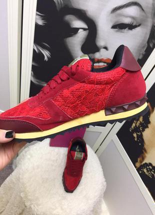 Красные замшевые кроссовки со вставками плотного гипюра