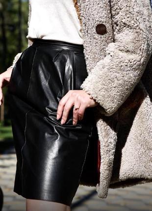 Кожаная юбка  с врезными карманами по бокам