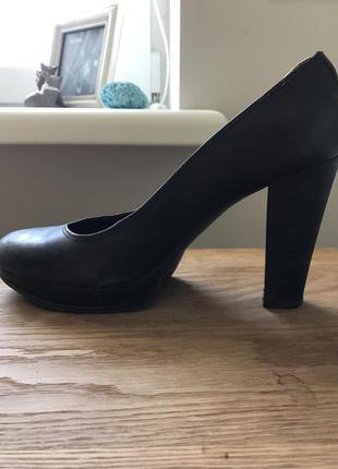 Синие туфли на устойчивом каблуке