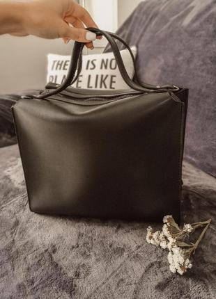 Круиая сумка черного цвета с короткими ручками