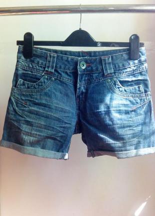 Актуальные джинсовые шорты с подворотом