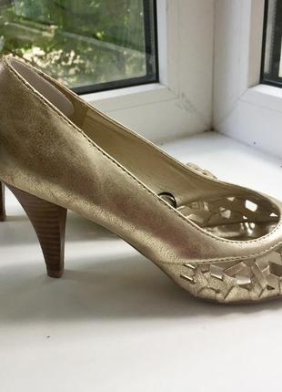 Туфли с открытым носком и наборным каблуком