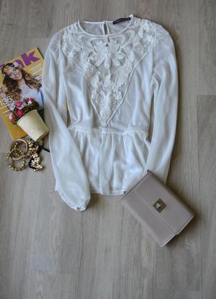 Белая блузка с баской и кружевом atmosphere