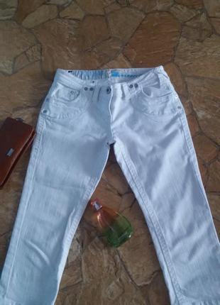 Белые джинсовые бриджы скинни