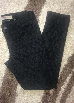 Чёрные фактурные джинсы next с узором размер м