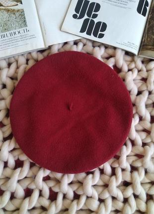 Красный шерстяной берет