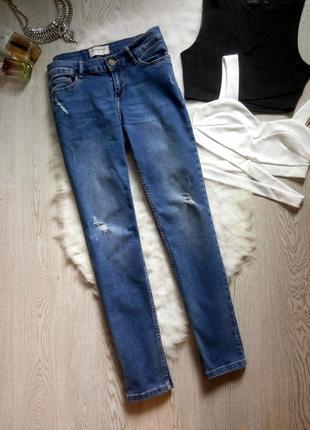 Плотные прямые синие голубые джинсы стрейч с потертостями дырками на коленях узкачи