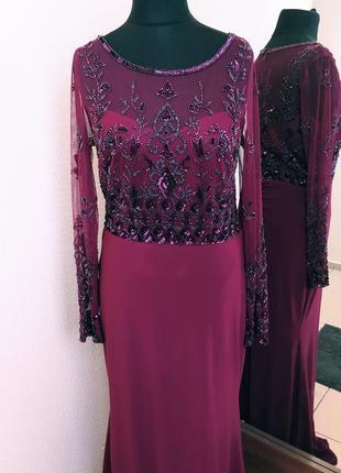 Вечірня сукня кольору марсала.