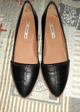 Элегантные черные туфли