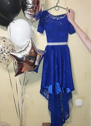 Прекрасное неоново-синее кружевное платье