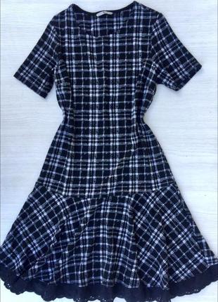 Актуальное стильное платье с воланом tu