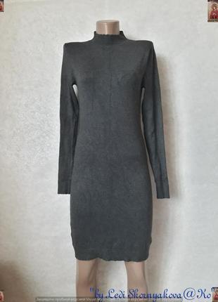 Фирменное mango трикотажное/вязанное симлуетное по фигуре серое платье-миди, размер с-м