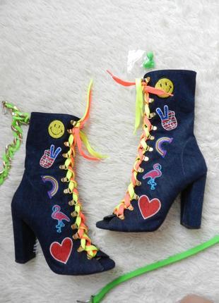 ✅ летние джинсовые ботинки с патчами и яркими кислотными шнурками на устойчивом каблуке