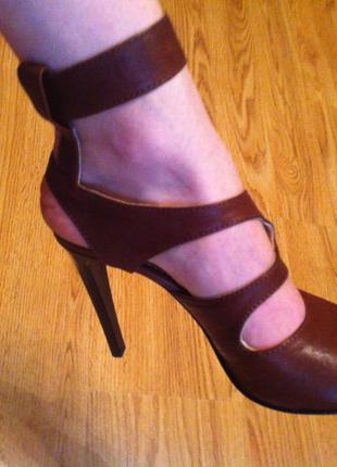 Новые кожаные босоножки 37, 38 . цвет - коричневый. каблук шпилька. сток.