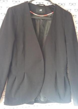 Пиджак идеально садится по фигуре