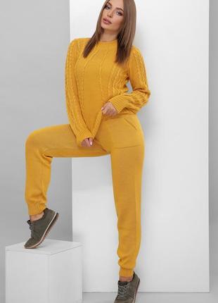 Женский теплый однотонный горчичный брючный вязаный костюм со свитером (174 mrss)