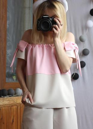 Ніжна блузка-топ на плечі з бантіками