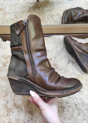 Кожаные коричневые замшевые ботинки полусапожки на танкетке fly london португалия