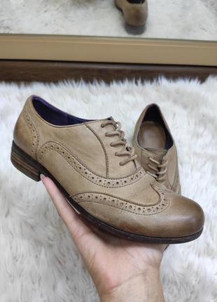 Кожаные бежевые оксфорды , лоферы, броги, туфли на шнурках от clarks