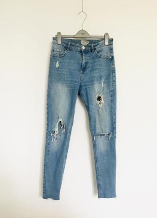 Крутые рваные джинсы деним с рваностями на коленях terranova