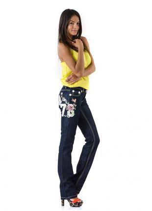 Темно-синие прямые джинсы украшенные вышивкой и стразами