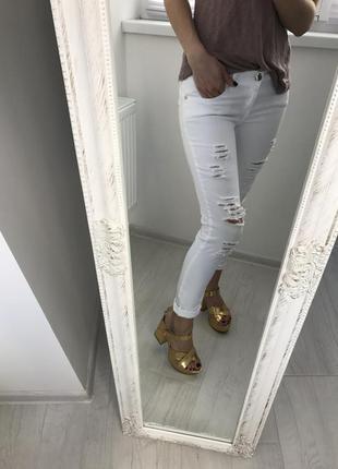 Стильные , белые джинсы . рваные