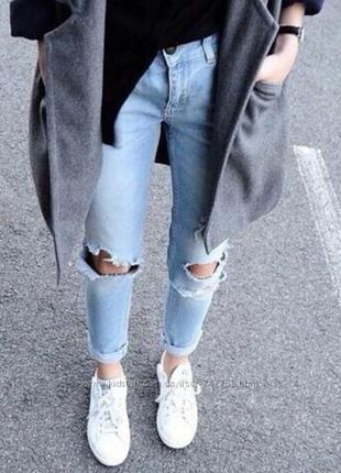 Светлые джинсы с дырками на коленях