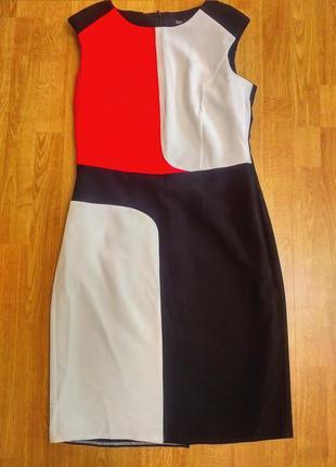 Платье футляр, отлично подчеркивает фигуру.