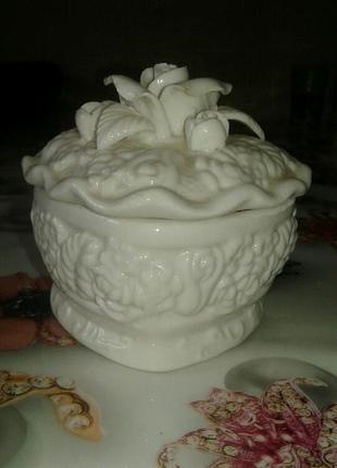 Шкатулка в виде сердца с цветочком белая