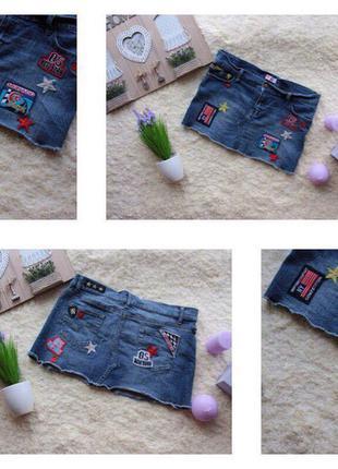 Трендовая джинсовая юбка с нашивками