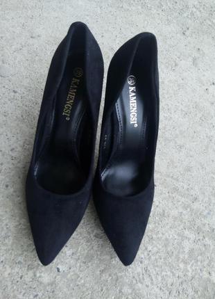 Черные туфли лодочки на каблуке