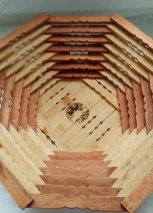 Канфетница новая сделана из дерева,очень оригинальная. ширина 26см., высота 6см.