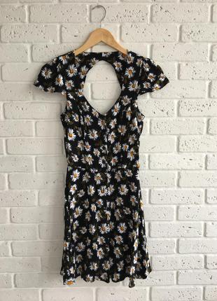 Платье в ромашку на пуговицах с открытой спинкой