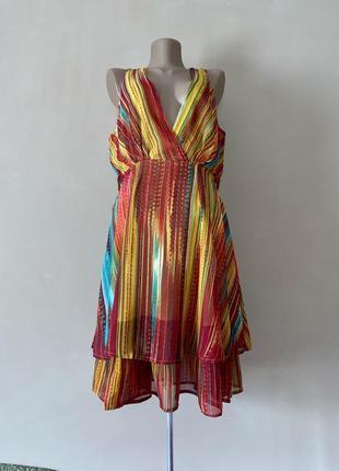 Яркое радужное платье с декольте вертикальная полоса