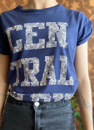 Синяя футболка с надписью