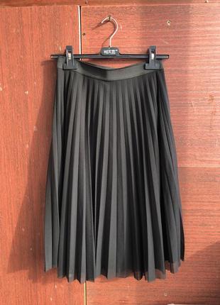 Плиссированная чёрная юбка