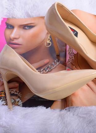 Бежевые лаковые кожаные туфли лодочки на шпильке острым носком