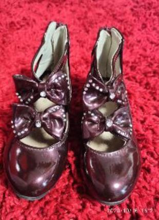 Лакированные туфельки с камнями