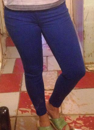 Синие зауженные штаны
