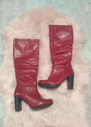 Красные кожаные широкие прмяые сапоги на каблуке