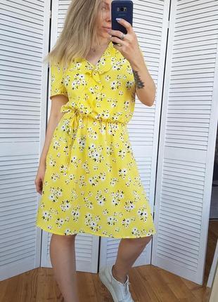 Желтое шифоновое платье в цветочек.