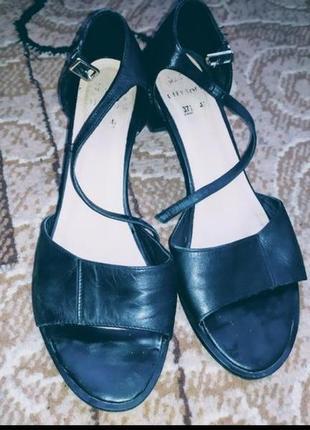 Трендовые черные туфли на устойчивом каблучке