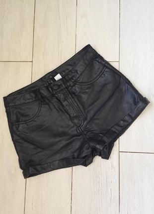 Модные шорты из кожзама